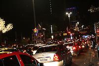ATENÇÃO EDITOR: FOTO EMBARGADA PARA VEÍCULOS INTERNACIONAIS. - SÃO PAULO - SP - 25 DE DEZEMBRO 2012. AV PAULISTA,ficou lotada neste último dia da decoração de Natal, às 23:00Hs já com as luzes desligadas o transito era intenso. FOTO: MAURICIO CAMARGO / BRAZIL PHOTO PRESS.