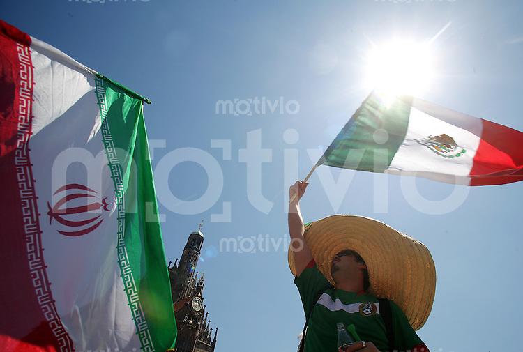 Fussball WM 2006        Mexiko - Iran Mexikanische und iranische Fans feiern im Zentrum von Nuernberg vor Spielbeginn.