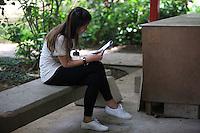 SAO PAULO, SP, 08 DE JANEIRO DE 2012 - FUVEST - Neste primeiro domingo de 2012 (08), mais de 31 mil candidatos disputam 10.952 vagas do maior vestibular do país, a FUVEST. Nesta foto os candidatos que farao a prova no Campus da USP. Foto Ricardo Lou - News Free