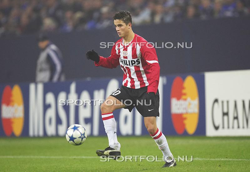 Duitsland, Gelsenkirchen, 23 november 2005.Champions League.Seizoen 2005-2006 .Schalke 04 -PSV .Ibrahim Afellay van PSV in actie met bal.