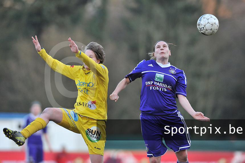 Waasland Beveren Sinaai Girls - RSC Anderlecht : kopduel tussen Anne Puttemans (rechts) en Charlotte Van Wynsberghe.foto DAVID CATRY / Nikonpro.be
