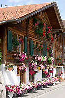 CHE, SCHWEIZ, Kanton Bern, Berner Oberland, Oberried am Brienzersee: blumengeschmuecktes Wohnhaus | CHE, Switzerland, Bern Canton, Bernese Oberland, Oberried at Lake Brienz: flower decorated residential building