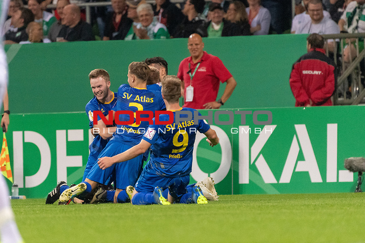 10.08.2019, wohninvest Weserstadion, Bremen, GER, DFB-Pokal, 1. Runde, SV Atlas Delmenhorst vs SV Werder Bremen<br /> <br /> DFB REGULATIONS PROHIBIT ANY USE OF PHOTOGRAPHS AS IMAGE SEQUENCES AND/OR QUASI-VIDEO.<br /> <br /> im Bild / picture shows<br /> Tom Schmidt (SV Atlas Delmenhorst #08) erzielt das 1:2 <br /> und jubelt mit der Mannschaft<br /> Foto © nordphoto / Kokenge