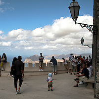 Erice a 750 metri sul monte omonimo, offre una vista spettacolare sulla città di Trapani e le Isole Egadi a nord ovest della costa siciliana..Il belvedere del castello di Venere  a Erice. Sullo sfondo il Mar Tirreno    ..Erice is located on top of Mount Erice, at around 750m above sea level, overlooking the city of Trapani and the Aegadian Islands on Sicily's north-western coast, providing spectacular views..The belvedere of Venus Castle. In background the Tyrrhenian Sea.