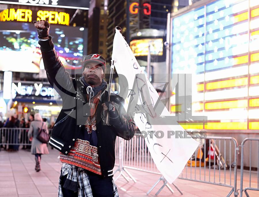 NOVA YORK, NY, USA, 03.12.2014  - PROTESTO NY - TIMES SQUARE - Manifestantes marcham pela Times Square, em Nova York, na noite de quarta-feira (03), em resposta à decisão da Justiça no caso Eric Garner. O júri inocentou um policial branco de Nova York na morte por estrangulamento de Garner, um homem negro desarmado, que havia sido parado para averiguação sob suspeita de venda de cigarros soltos, não tributados, segundo o advogado da família da vítima. (Foto: Adriana Spaca / Brazil Photo Press).