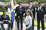 Foto: VidiPhoto<br /> <br /> RHENEN &ndash; Op ereveld de Grebbeberg in Rhenen zijn vrijdagmiddag voor het eerst in de geschiedenis de Nederlandse oorlogsvliegers van de beroemde RAF herdacht. Van het zogenoemde Dutch 320 squadron RAF liggen 25 piloten begraven op de Grebbeberg. Hiermee is een wens in vervulling gekomen van de vorig jaar in de VS overleden staartschutter Edward Hoenson. Hoenson vloog 89 oorlogsmissies en was drager van het Vliegerkruis. Hij overleed op 27 november 2017. Bij de herdenkingsbijeenkomst waren nabestaanden en drie veteranen. Onder andere de 98-jarige Andr&eacute; Hissink, een oud kameraad en strijdmakker van Hoenson, kwam over uit Canada. In totaal zijn 156 Nederlandse vliegeniers gesneuveld in de Tweede Wereldoorlog, van wie er 56 nog als vermist staan geregistreerd. Foto: Schoolkinderen noemen de namen van de op de Grebbeberg begraven oorlogsvliegeniers.