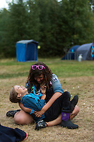 20140805 Vilda-l&auml;ger p&aring; Kragen&auml;s. Foto f&ouml;r Scoutshop.se<br /> l&auml;gerplats, gr&auml;s, skrattar, tv&aring;, scouter, scout, t&auml;lt, skog, dag