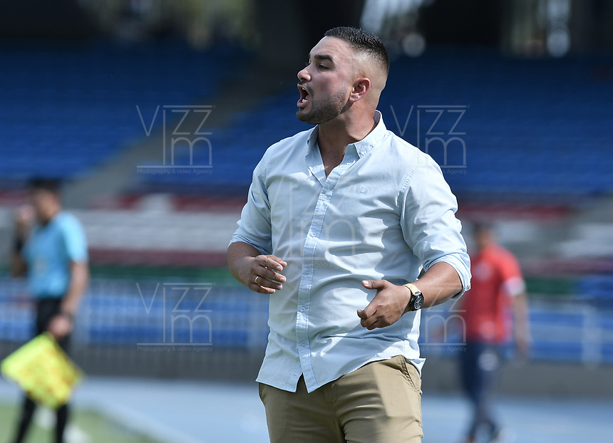 CALI - COLOMBIA, 23-02-2020: David Suarez técnico del Llaneros gesticula durante partido por la fecha 4 de la Torneo BetPlay DIMAYOR I 2020 entre Boca Juniors de Cali y Llaneros F.C. jugado en el estadio Pascual Guerrero de la ciudad de Cali. / David Suarez coach of Llaneros gestures during match for the for the date 4 as part of BetPlay DIMAYOR Tournament I 2020 between Boca Juniors de Cali and Llaneros F.C. played at Pascual Guerrero stadium in Cali. Photo: VizzorImage / Gabriel Aponte / Staff
