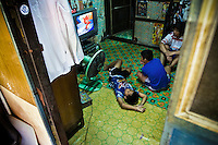 Som Mai Noi is a 12 years old kid, who is training very brave to get a better level in his short career of only 30 fights. At home he play an watch cartoons on screen like any kid on his age, on the ring he kick an punch furious, with his glance lost and his mind fix in knocking out his opponent next fight. His family works cooking and selling seafood in the streets of the backpackers tourist neighborhood, some kilometers from their home.