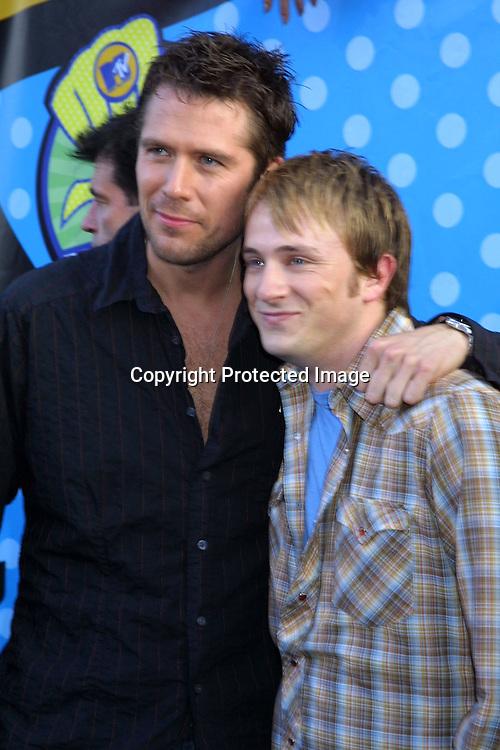 "©2003 KATHY HUTCHINS  / HUTCHINS PHOTO.""2003 MTV MOVIE AWARDS"".SANTA MONICA ,CA. MAY 31, 2003.ALEXIS DENISOF AND TOM LENK"