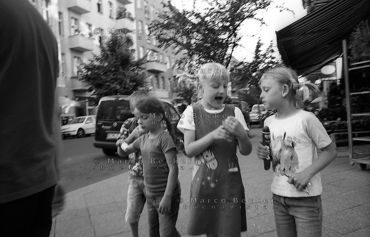berlino, quartiere kreuzberg. bambini giocano per strada --- berlin, kreuzberg district. kids playing in the street