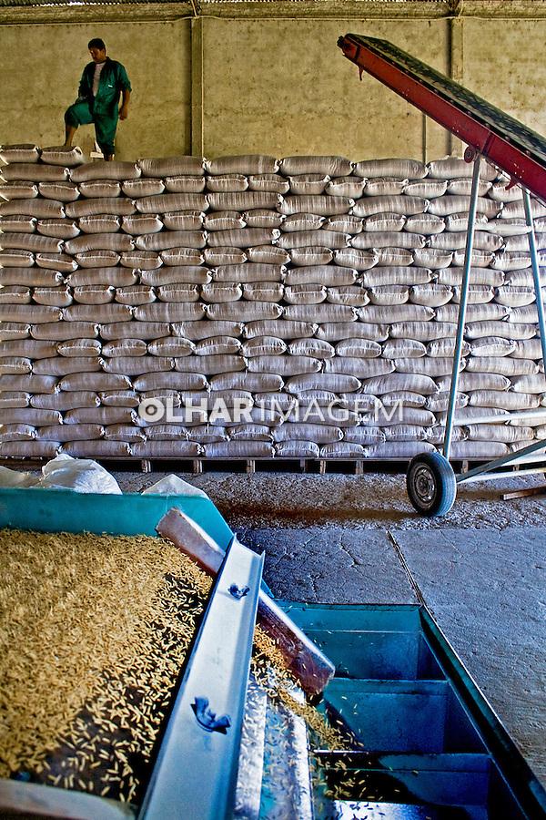 Usina de beneficiamento de arroz, na fazenda Gatambu, em Dom Pedrito. Rio Grande do Sul. 2008. Foto de Alf Ribeiro.