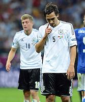 FUSSBALL  EUROPAMEISTERSCHAFT 2012   HALBFINALE Deutschland - Italien              28.06.2012 Toni Kroos (li) und Mats Hummels (re, beide Deutschland) sind nach dem Abpfiff enttaeuscht