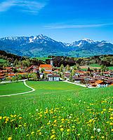 Deutschland, Bayern, Oberbayern, Chiemgau: Vachendorf mit Hochgern und Hochfelln | Germany, Bavaria, Upper Bavaria, Chiemgau: Vachendorf with Hochgern and Hochfelln mountains
