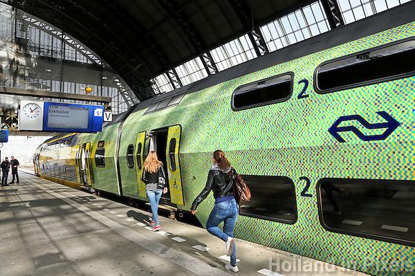 Nederland Amsterdam  2016 04 12.  Rennen om de trein te halen. Groene trein van de NS op Centraal Station. Foto Berlinda van Dam / Hollandse Hoogte