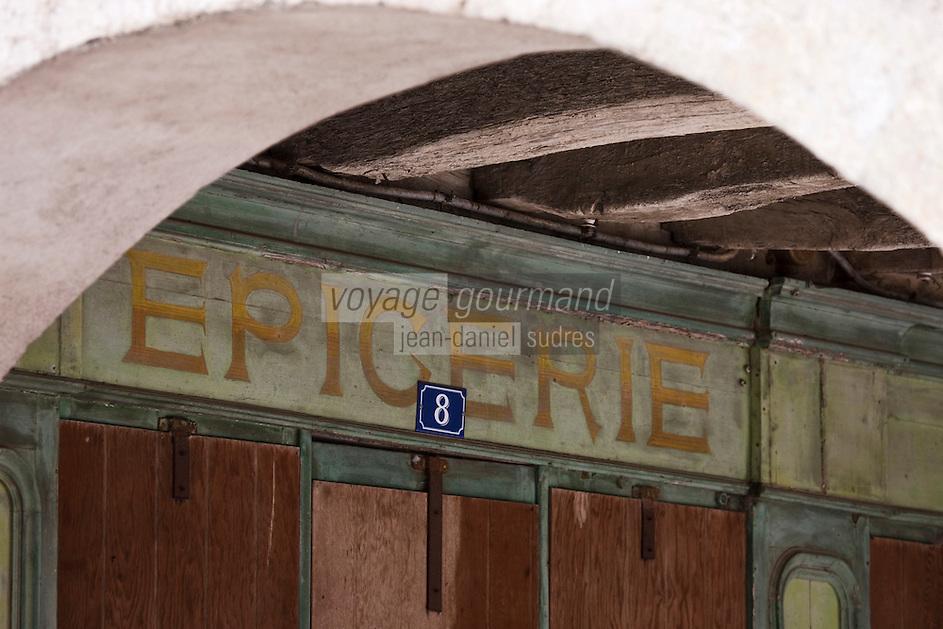 Europe/France/Midi-Pyrénées/32/Gers/Saint-Clar:  Détail devanture des boutiques  sous les arcades de la place de la mairie