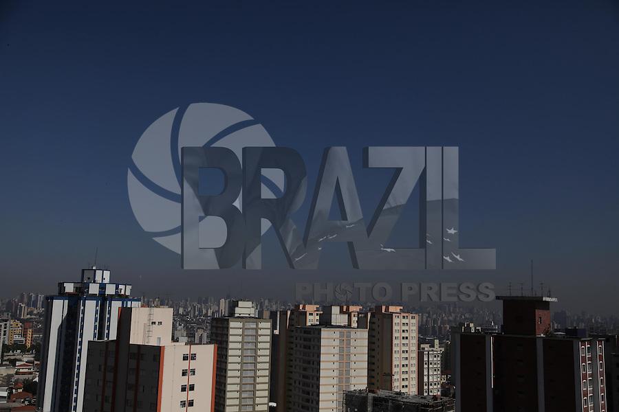 SÃO PAULO, SP, 08/08/2012, CLIMA TEMPO. O sol apareceu após uma manhã gelada na capital paulista. Luiz Guarnieri/ Brazil Photo Press.