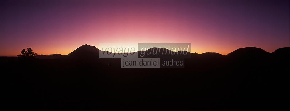 Europe/France/Auverne/63/Puy-de-Dôme/Parc Naturel Régional des Volcans: La chaine des puys et le Puy-de-Dôme (1465 mètres) au soleil couchant