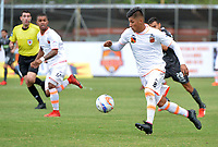ENVIGADO- COLOMBIA, 18-02-2018:Yeison Guzman (Der.) jugador del Envigado disputa el balón con el Once Caldas durante el partido entre Envigado y Once Caldas  por la fecha 4 de la Liga Águila I 2018 jugado en el estadio Polideportivo  Sur. / Yeison Guzman (R) player of Envigado vies for the ball with Once Caldas during match between Envigado and Once Caldas for the date 4 of the Aguila League I 2018 played at Poldeportivo Sur  stadium. Photo: VizzorImage/ León Monsalve / Contribuidor