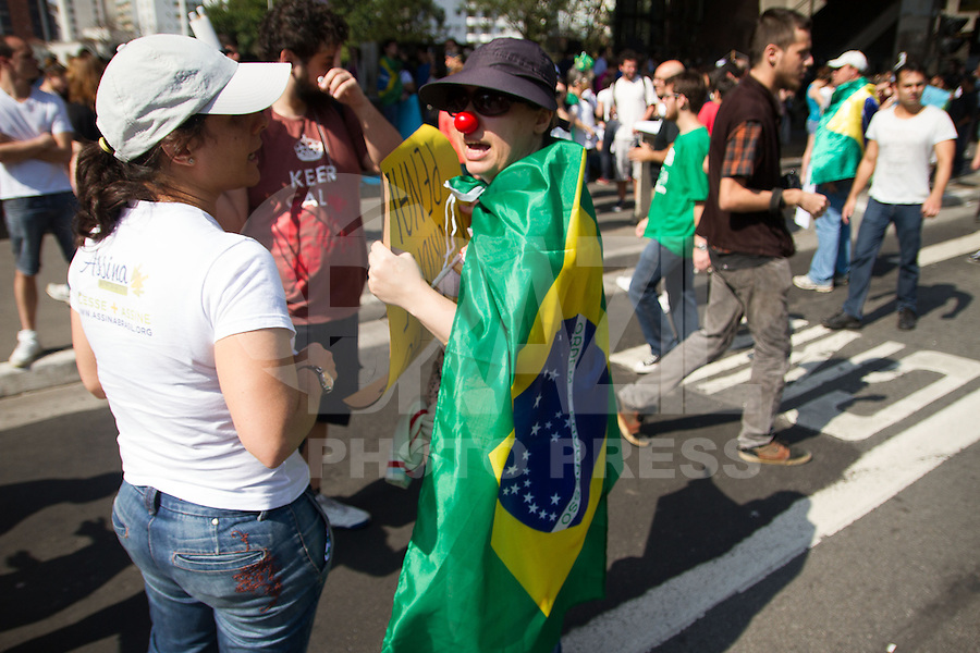 SÃO PAULO,SP,07.09.2013:PROTESTO/BLACK BLOC/VINGADORES/PAULISTA - Protesto de Black Bloc e mascarados Vingadores, em São Paulo (SP), neste sábado (07). Concentração no vão livre do Museu de Arte de São Paulo (MASP). (Foto: Amauri Nehn / Brazil Photo Press).