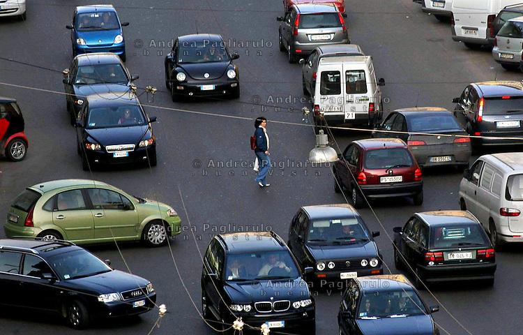 Italia, Milano, 2005.Traffico in città..#### .Italy, Milan, 2005.Traffic..© Andrea Pagliarulo