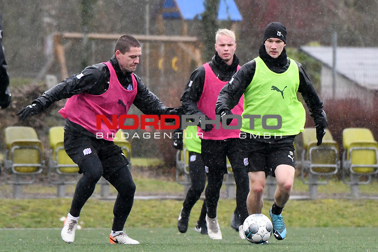 13.02.2020, Sportpark Illoshöhe, Osnabrück, GER, 2. FBL, Training VfL Osnabrueck <br /> <br /> im Bild<br /> v. li. im Zweikampf Adam Susac (VfL Osnabrück #17) und Bryan Henning (VfL Osnabrück #29)<br /> <br /> Foto © nordphoto / Paetzel