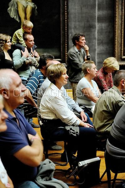 "Audience enjoying An Nelissens performance ""de wijven van Rubens"" inside the Rubens room of the Royal Museum of Fine Arts in Antwerp at the Zuiderzinnen festival (Belgium, 21/09/2008)"