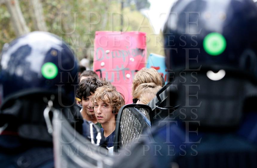 Manifestazione di studenti a Roma, 7 ottobre 2011..Anti-riot Carabinieri face students during a demonstration in Rome, 7 october 2011..UPDATE IMAGES PRESS/Riccardo De Luca