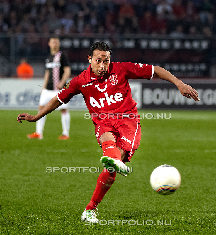 Nederland, Enschede, 2 april 2011.Eredivisie.Seizoen 2010/2011.FC_Twente_PSV (2-0).Denny Landzaat van FC Twente in actie met de bal