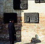 Venezia - Ghetto ebraico. Campo del Ghetto Novo. il 29 marzo 1516 nasceva a Venezia il primo Ghetto d'Europa, una zona cioè dove gli Ebrei dovevano abitare e dalla quale non potevano uscire dal tramonto all'alba. NELLA FOTO: il Monumento all'Olocausto (1980), che è opera dello scultore lituano Arbit Blatas dedicata dalla comunità ebraica ai suoi deportati, il progetto fu di Franca Semi. Poco distante è ancora attiva una casa di riposo.