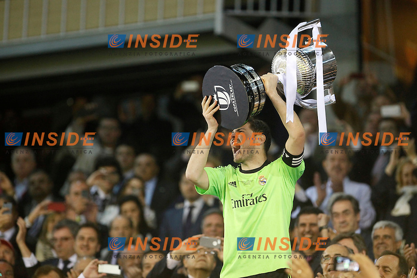 Real Madrid&Acirc;&acute;s captain and goalkeeper Iker Casillas receives the cup after winning the Spanish Copa del Rey `King&Acirc;&acute;s Cup&Acirc;&acute; final soccer match between Real Madrid and F.C. Barcelona at Mestalla stadium, in Valencia, Spain. April 16, 2014. (ALTERPHOTOS/Victor Blanco) <br /> Finale Coppa del Re<br /> Real Madrid Barcellona <br /> Foto Insidefoto