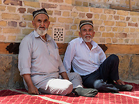 Gläubige vor der Bolo-Hovuz Moschee, Buchara, Usbekistan, Asien<br />