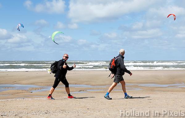 Nederland Egmond 2015 07 30 . Deelnemers aan de Strand6Daagse lopen door Egmond aan Zee. Man steekt twee duimen omhoog
