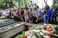A atriz Nicette Bruno durante sepultamento do corpo do ator Paulo Goulart, no Cemitério da Consolação, na região central da cidade de São Paulo, na tarde desta sexta-feira. O ator faleceu aos 81 anos depois de lutar contra um câncer na região dos pulmões. (Foto: Vanessa Carvalho / Brazil Photo PresS).