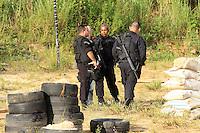 RIO DE JANEIRO, RJ, 27 DE MARCO 2012 - OPERACAO BOPE MORRO ALEMAO - Policiais do Batalhão de Operações Especiais (BOPE) e do Batalhão de Choque realizam operação no Complexo do Alemão, na zona norte do Rio de Janeiro, nesta terça-feira (27), para implantação de Unidade de Polícia Pacificadora (UPP). Na operação, já foram apreendidos cerca de 1150 papelotes de cocaína, 150 trouxinhas de maconha e 100 pedras de crack. FOTO: GUTO MAIA / BRAZIL PHOTO PRESS