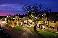 United Kingdom, England, Gloucestershire, Cotswolds, Chipping Campden: Market Hall and Cotswold stone cottages with Christmas decoration along High Street at dusk | Grossbritannien, England, Gloucestershire, Cotswolds, Chipping Campden: Markthalle und Cotswold Steinhaeuser in der High Street mit Weihnachtsdekoration am Abend