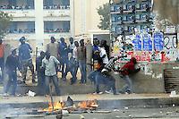 XNB05 DAKAR (SENEGAL), 1/2/2012.- Unos manifestantes lanzan piedras contra la Policía durante los disturbios registrados en Dakar, Senegal, hoy, miércoles 1 de febrero de 2012. El Gobierno de Senegal condenó hoy los actos violentos ocurridos en la manifestación convocada ayer en Dakar por el Movimiento del 23 de junio (M23) contra la candidatura a los comicios presidenciales del presidente Abulaye Wade, que terminaron con la muerte de una persona, según la versión oficial. EFE/Aliou Mbaye.