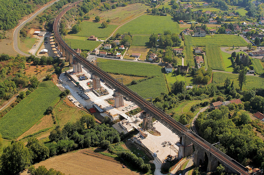 Renovation d'un viaduc de chemin de fer. Le precedent date du XIXe siecle..Restoration of a viaduct of railroad. The preceding one dates from the XIXe century.