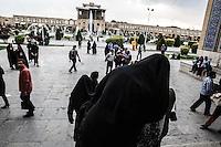 gente di fronte alla moschea di Isfahan<br /> SHEIKH  LOTFOLLAH  MOSQUE