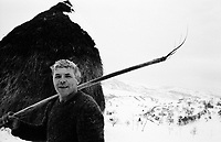 ROMANIA / Maramures / Valeni / January 2003..Ion Nemes, 58, returns from fetching a haystack...© Davin Ellicson / Anzenberger..