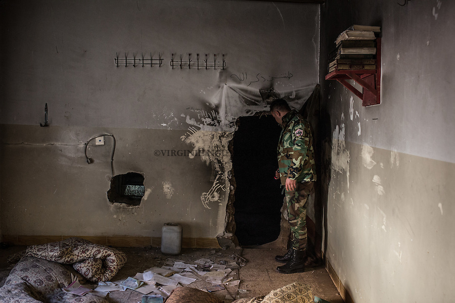 IRAK, Khanash: A peshmerga fighter is showing the entrance of a tunnel of Daesh in a house of Khanash village, not far from Makhmour, the 9th December 2016. <br /> <br /> IRAK, Khanash: Un combattant peshmerga montre l'entr&eacute;e d'un tunnel de Daesh dans une maison du village de Khanash, non loin de Makhmour, le 9 d&eacute;cembre 2016.