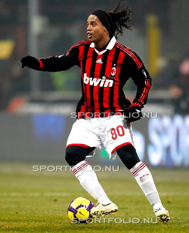 Italie, Milaan, 24 januari 2010..Serie A.Seizoen 2009/2010.Inter Milaan-AC Milaan  (2-0).Ronaldinho van AC Milaan in actie met de bal