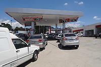 SAO PAULO, SP, 07 MARÇO DE 2012 _Abastecimento de combustivel em um posto de gasolina na Av Dr Rudge Ramos em Sao Bernardo do Campo.(FOTO: ADRIANO LIMA - BRAZIL PHOTO PRESS)