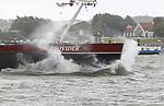 Foto: VidiPhoto<br /> <br /> OCHTEN - Geen alledaags gezicht woensdag op de Waal bij Ochten. Waar normaal gesproken het scheepvaartverkeer rustig met de stroom meevaart richting Rotterdam, moesten de binnenvaarders met vol vermogen tegen de harde wind in, de golven bedwingen. Van de kleinere binnenvaartschepen verdween de boeg in het opspattende rivierwater, maar ook de grotere schepen hadden zichtbaar moeite met 7 Bft. als tegenwind. Donderdag wordt het met 25 graden in het zuidoosten beduidend warmer en de wind zakt af naar matig.