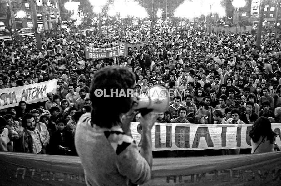 Ato público do Movimento pela Anistia. Praça da Sé. SP. 1979. Foto de Juca Martins.