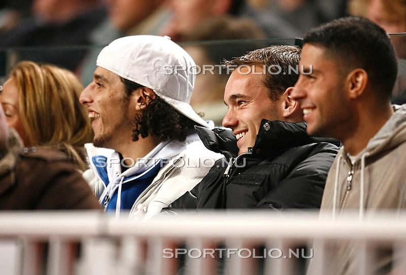 Nederland, Amsterdam, 27 december 2007.Eredivisie.Seizoen 2007-2008.Ajax-FC Twente (2-2).Wesley Sneijder (2e van r) van Real Madrid was weer even in Nederland om zijn oud ploeggenoten aan te moedigen. Ali B (2e van l).