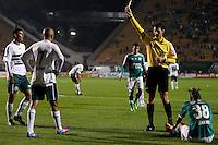 SAO PAULO, SP 30 JULHO 2013 -  - O jogador Leandro sofreu penalti onde Vinícius marcou o primeiro gol do time do Palmeiras , na noite de hoje, 30, no Estádio do Pacaembú. FOTO: PAULO FISCHER/BRAZIL PHOTO PRESS