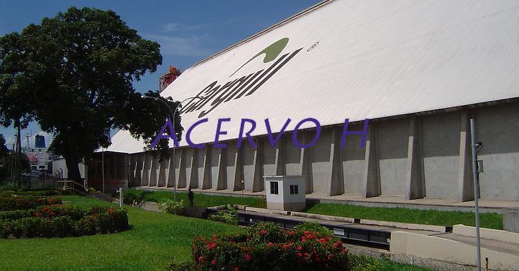 Porto da Cargill. Exportação de Soja<br /> A Cargill está no Brasil desde 1965 e suas origens estão no campo, em atividades agrícolas. Atualmente, está entre as maiores indústrias de alimentos e uma das 15 maiores empresas do País, e também a principal exportadora de soja do Brasil e a maior processadora de cacau da América Latina. Sediada em São Paulo (SP), a operação brasileira possui unidades industriais, armazéns, escritórios e terminais portuários em cerca de 120 municípios, onde trabalham aproximadamente 6 mil funcionários.<br /> Santarém, Pará, Brasil<br /> Foto ©Eric Stoner