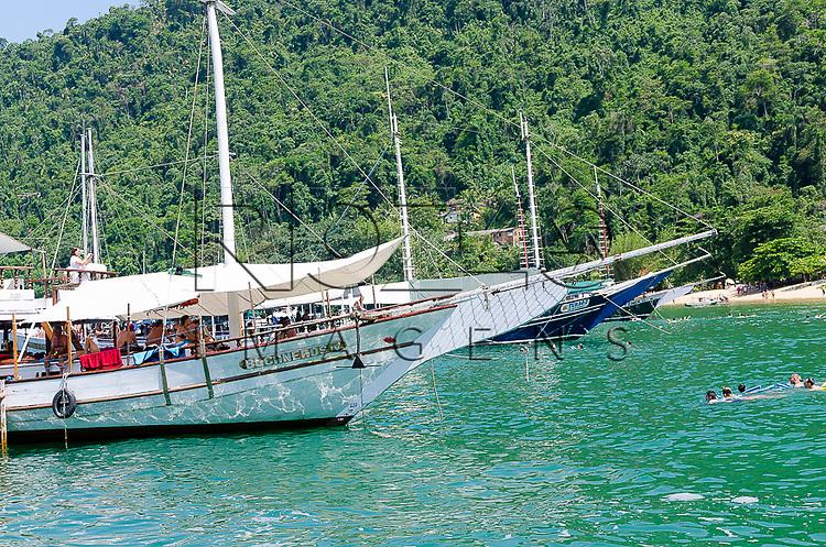 Escuna ancorada, Paraty- RJ, 12/2013.