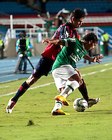 CALI - COLOMBIA - 12-02-2014: Robin Ramirez (Der.) jugador del Deportivo Cali de Colombia, disputa el balón Danilo Cardozo (Izq.) jugador del Cerro Porteño de Paraguay, durante partido entre Deportivo Cali y Cerro Porteño de la segunda fase, grupo 3, de la Copa Bridgestone Libertadores en el estadio Pascual Guerrero, de la ciudad de Cali. / Robin Ramirez (R) player of Deportivo Cali of Colombia, vies for the ball with Danilo Cardozo (L) player of Cerro Porteño of Paraguay, during a match between Deportivo Cali and Cerro Porteño for the second phase, group 3, of the Copa Bridgestone Libertadores in the Pascual Guerrero stadium in Cali city. Photo: VizzorImage / Juan C. Quintero / Str.